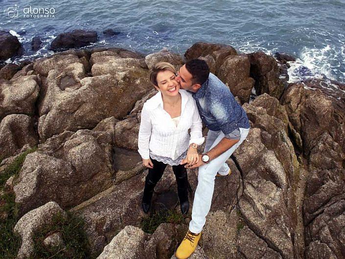 Casal nas rochas do mar durante o ensaio