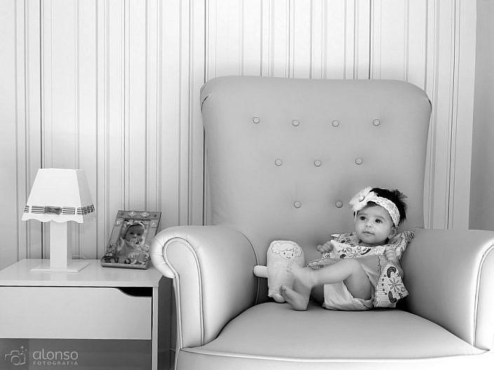 Ensaio de bebê no sofá em domicílio