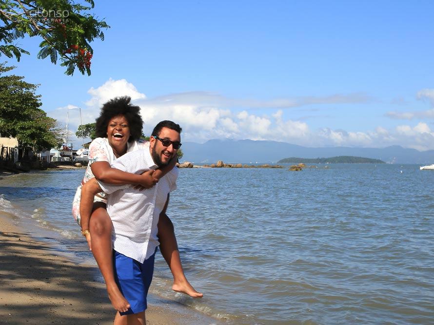 Ensaio pré-casamento na praia em Santo Antônio de Lisboa