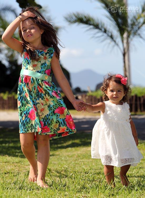 Irmãs caminhando ensaio fotográfico