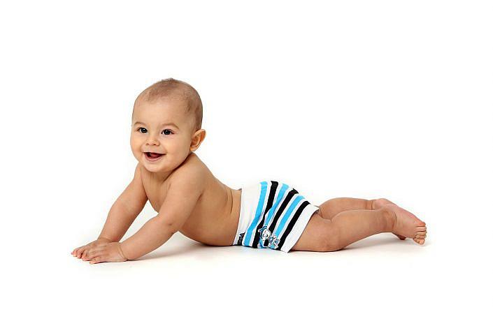 Ensaio bebê em estúdio fotográfico com fundo branco