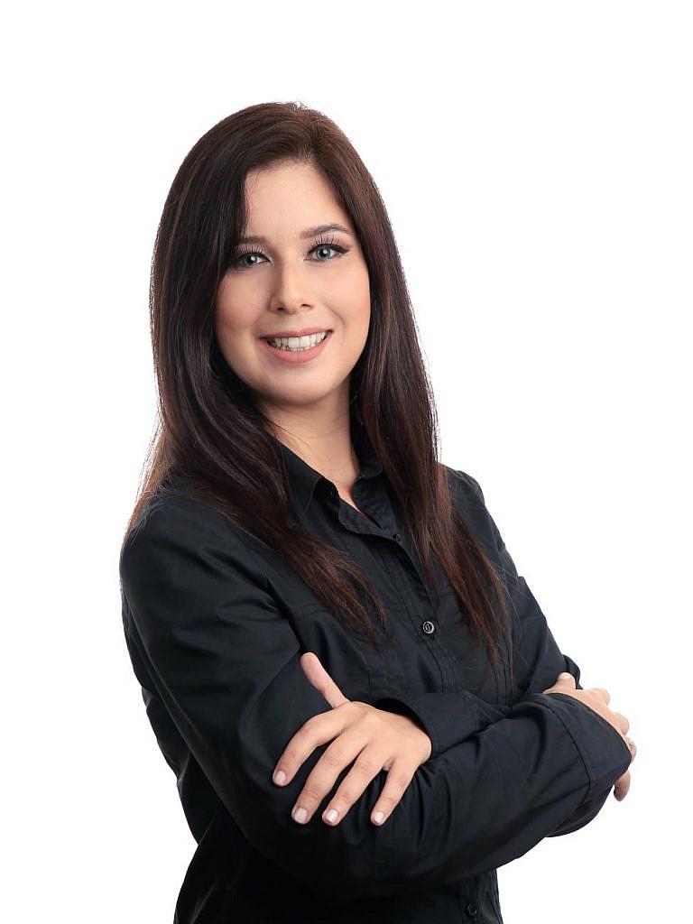Foto perfil mulher com fundo branco em estúdio